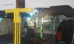 05_Schweißer Yusuf Akin bei Schweißarbeiten unter dem Fahrzeug